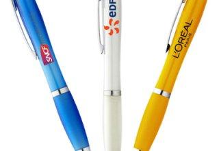 Le stylo personnalisé est un type de goodies utile pour les salons